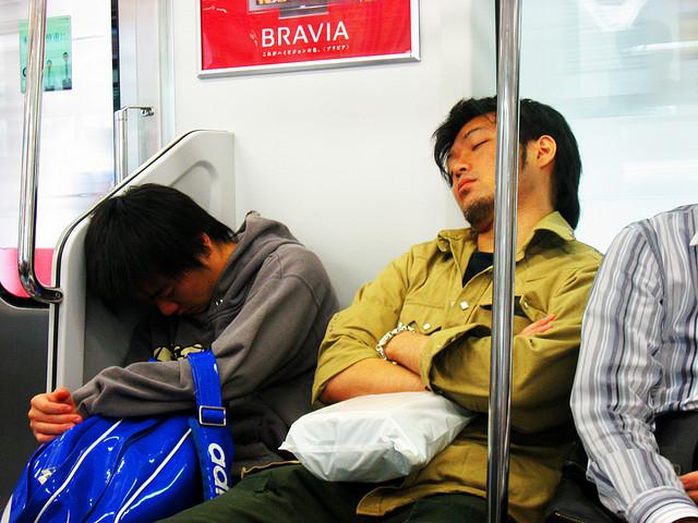 Slapen in de metro van Tokyo